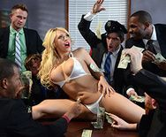 Шикарный секс в офисе с горячей блондинкой в сексуальных чулках - 2