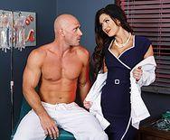 Порно молоденькой медсестры с накаченным пациентом - 1