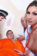 Секс заключенного с молодой привлекательной шатенкой в чулках #1