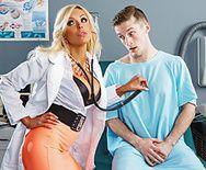 Смотреть страстный трах в пизду шикарной блондинки медсестры с пациентом - 1