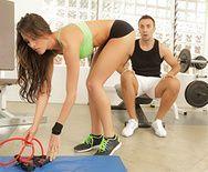 Жаркий секс с молоденькой спортсменкой в спортзале - 1