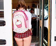 Порно с молоденькой студенткой в школьном автобусе - 1