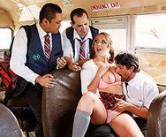 Порно с молоденькой студенткой в школьном автобусе - 2
