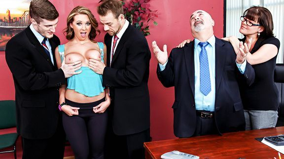 Порно ненасытной сисястой блондинки с двумя парнями