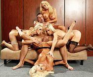 Групповой секс с четырьмя сексуальными блондинками - 3
