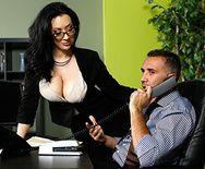 Порно в офисе с пышной ненасытной брюнеткой в чулках - 1