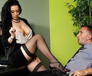 Порно в офисе с пышной ненасытной брюнеткой в чулках - 2