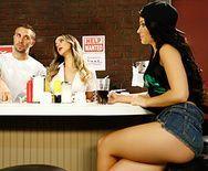 Страстный секс с молоденькой брюнеткой в закусочной - 1