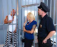 Горячее порно заключенного со зрелой шлюхой в камере - 1