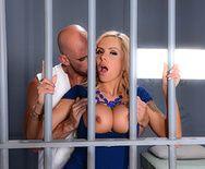 Горячее порно заключенного со зрелой шлюхой в камере - 2