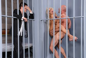Горячее порно заключенного со зрелой шлюхой в камере