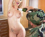 Порно ненасытной блондинки с парнем в камуфляже - 1