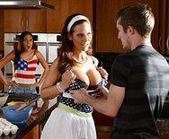 Шикарный секс втроем с молодым парнем на кухне - 1