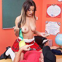 Межрасовый секс с сексуальной негритоской в школьной униформе