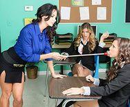 Групповые ласки лесбиянок школьниц после уроков - 1