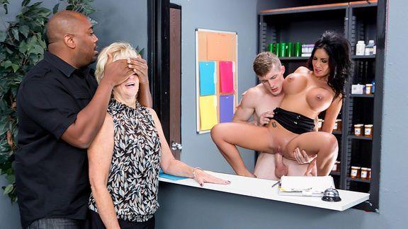 Порно с ненасытной кассиршей на рабочем месте