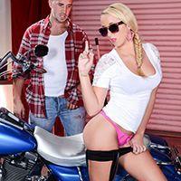 Смотреть порно сексуальной блондинки с подтянутой попкой с механиком