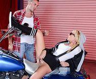 Смотреть порно сексуальной блондинки с подтянутой попкой с механиком - 1