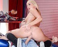 Смотреть порно сексуальной блондинки с подтянутой попкой с механиком - 4
