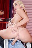 Смотреть порно сексуальной блондинки с подтянутой попкой с механиком #5