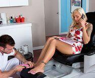 Смотреть трах в пизду татуированной блонды с большими сиськами - 1