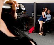 Брюнетка в униформе охранника занимается сексом в офисе - 1