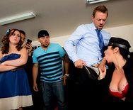 Брюнетка в униформе охранника занимается сексом в офисе - 2