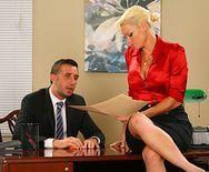 Трах в пизду зрелой блонды с боссом на столе - 1