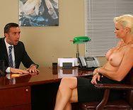 Трах в пизду зрелой блонды с боссом на столе - 2
