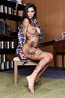 Анальное порно с татуированной брюнеткой на природе и дома #1