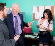 Жаркий секс в офисе с шикарной брюнеткой в чулках - 2