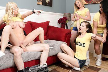 Публичное порно в общаге с ненасытной блондинкой