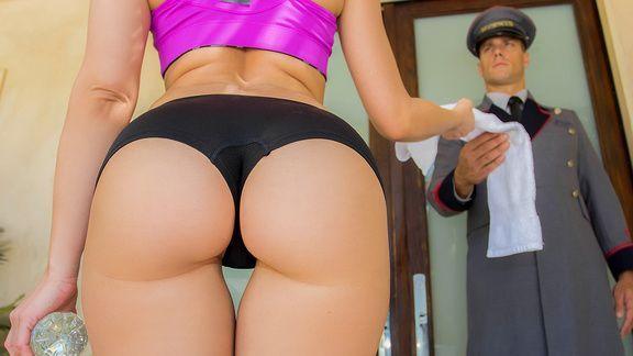 Страстный секс блондинки в отеле с охранником