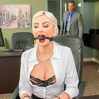 Секс с ненасытной дрочащей блондинкой в чулках в офисе