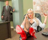 Секс с ненасытной дрочащей блондинкой в чулках в офисе - 1