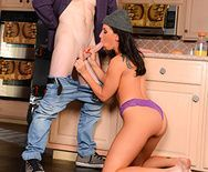 Жаркий секс с брюнеткой на кухонном столе - 2