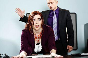 Порно рыжей секретарши на столе босса