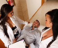 Вагинальный секс красивой медсестры с пациентом в палате - 1
