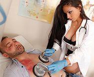Вагинальный секс красивой медсестры с пациентом в палате - 2