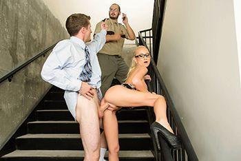 Смотреть трах в пизду с грудастой блондой на лестнице