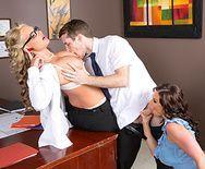 Секс двух сексуальных красоток в чулках с молодым парнем в офисе - 2