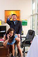 Секс двух сексуальных красоток в чулках с молодым парнем в офисе #2