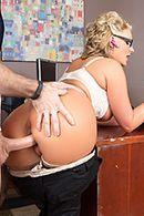 Секс двух сексуальных красоток в чулках с молодым парнем в офисе #4
