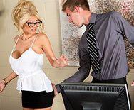 Классное порно с грудастой блондинкой худышкой и её подчинённым ёбарем - 1