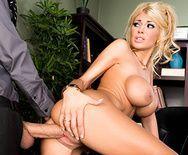 Классное порно с грудастой блондинкой худышкой и её подчинённым ёбарем - 3