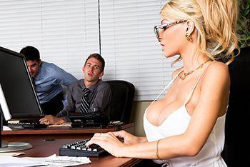 Классное порно с грудастой блондинкой худышкой и её подчинённым ёбарем