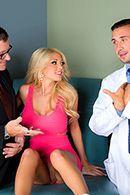 Смотреть секс красивой стройной блондинки с врачем #2
