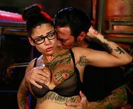 Смотреть секс в анал татуированной брюнетки с красивой внешностью - 1