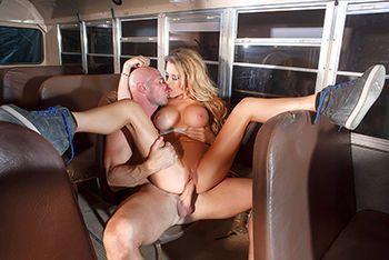 Трах в пизду с красивой блондинкой с большими сиськами в автобусе