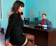Смотреть отличный секс с классной брюнеткой в чулках и её ёбарем на работе - 1